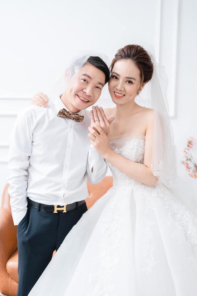 Cuộc sống của Phó Giám đốc nhà hát Kịch HN ra sao sau khi cưới nhà báo kém 15 tuổi? - 1