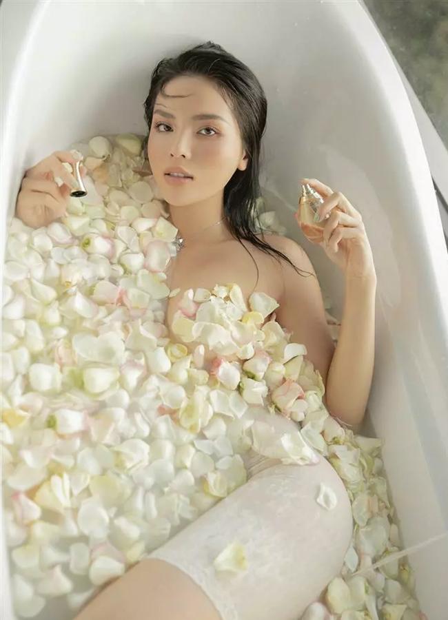 Người đẹp Nam Định khiến cư dân mạng khó hiểu bởi logic tắm bồn không giống ai.