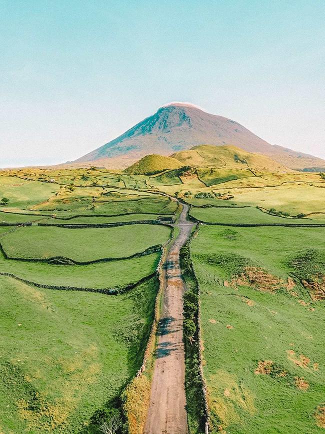 The Azores, Bồ Đào Nha: Cụm đảo giữa Đại Tây Dương này là một trong những quần đảo ngoạn mục nhất ở châu Âu với những ngọn núi lửa, ngôi làng tuyệt đẹp và khu dự trữ sinh quyển được UNESCO bảo vệ.