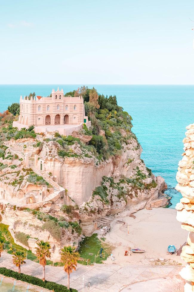 Calabria, Ý: Calabria là một giấc mơ của những người yêu thích bãi biển. Một trong những điều tuyệt vời nhất ở Calabria là bạn có thể dành cả buổi sáng phơi mình dưới ánh nắng cùng sóng biển và khám phá các ngôi làng nhỏ vào buổi chiều.