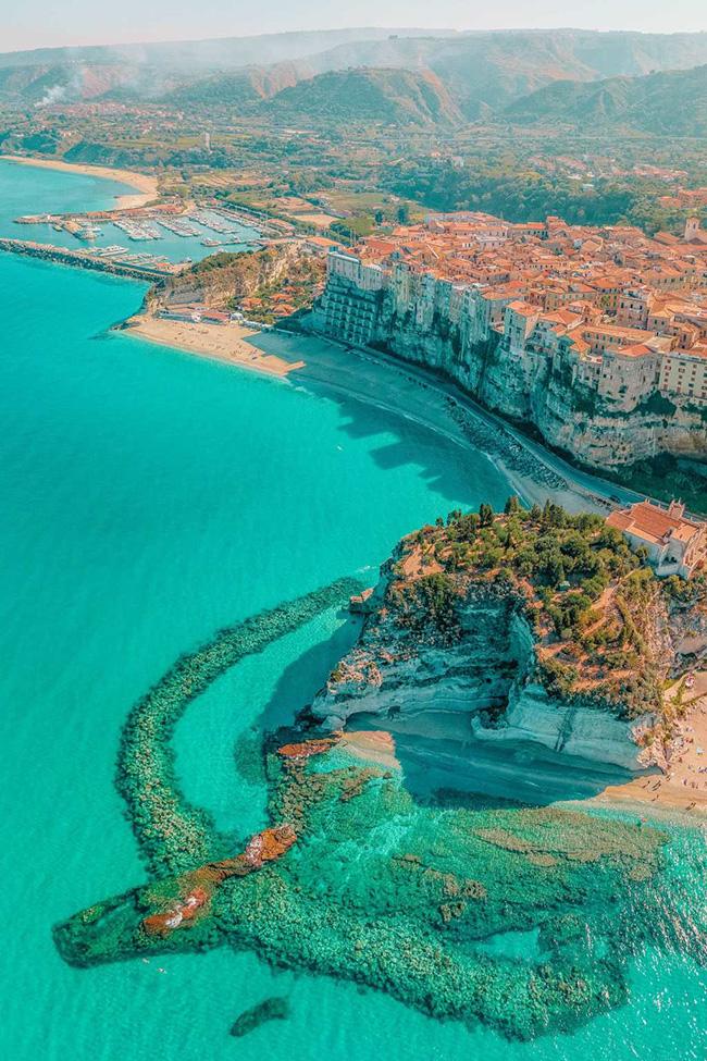 Phong cảnh ở Calabria rất đẹp, đặc biệt là thị trấn Tropea vô cùng quyến rũ. Đây thực sự là một trong những địa điểm ấn tượngở Ý khi so với các thành phố lớn hơn như Verona hoặc Rome.