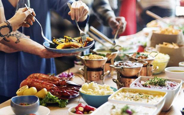 Ăn buffet thừa quá nhiều, người đàn ông bị phạt tiền, khi rời đi chủ nhà hàng vội vã đuổi theo - 1