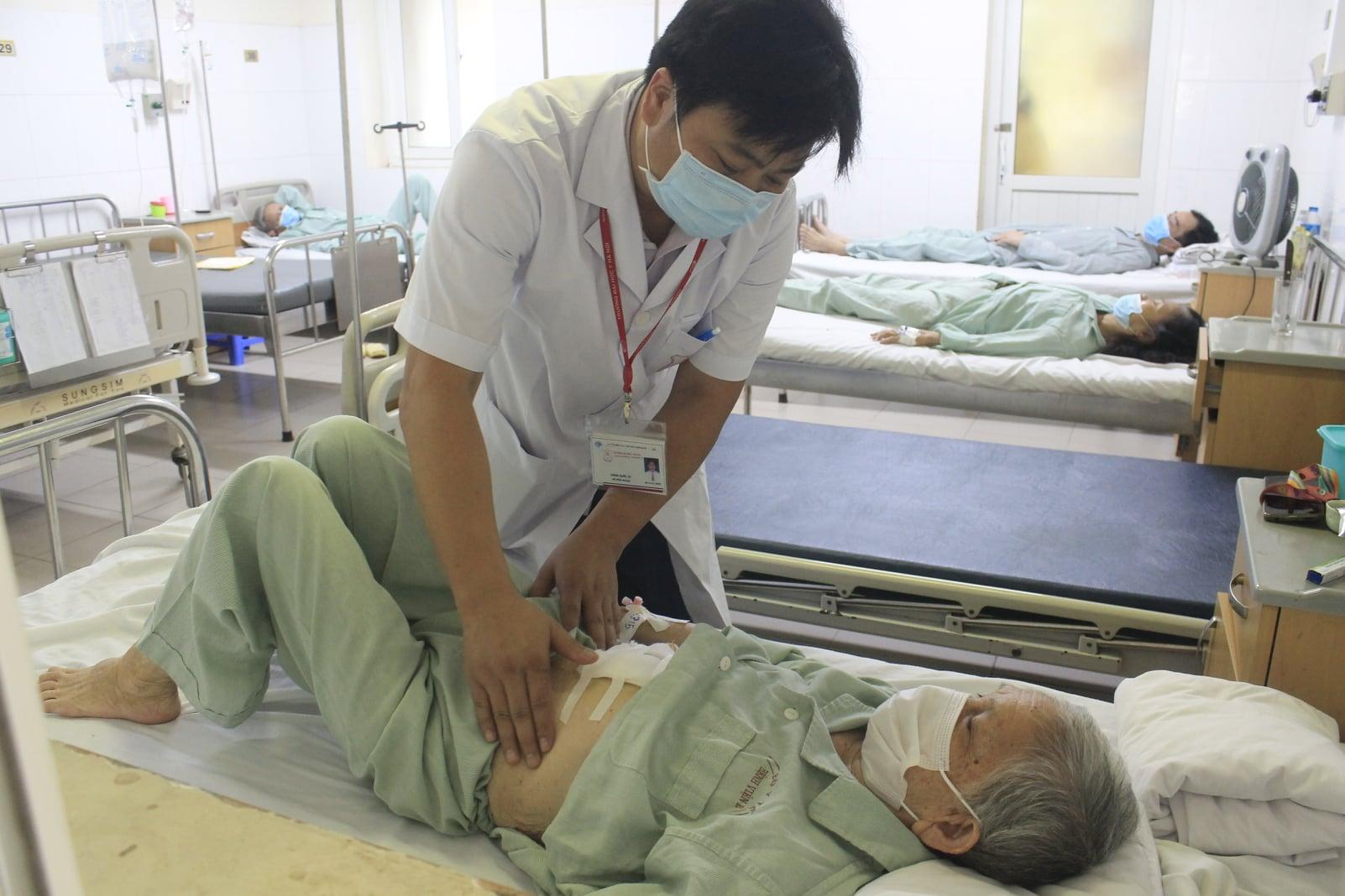 Cụ bà 91 tuổi thoát chết sau khi bị sỏi kẹt cổ túi mật - 1