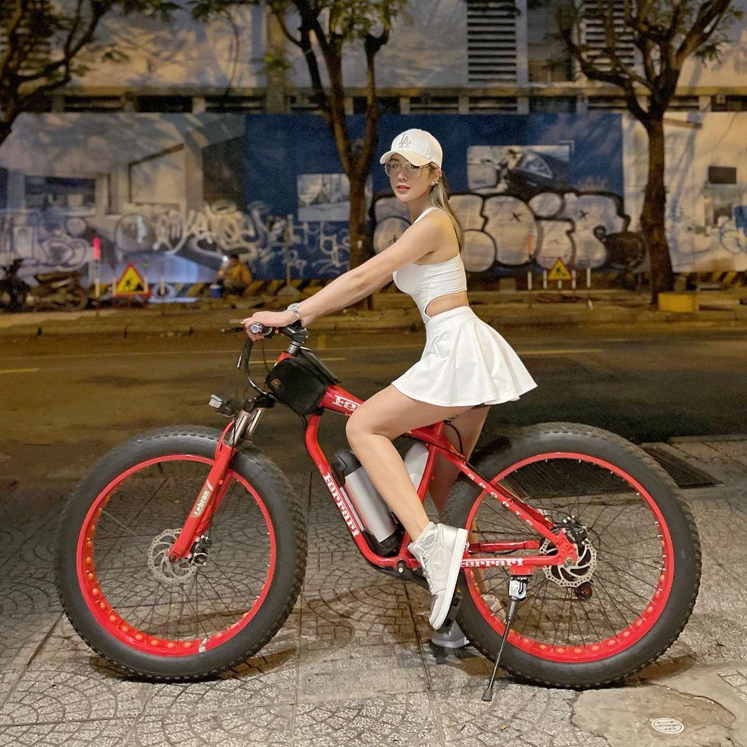 Loạt mỹ nhân Việt chuộng mặc trang phục gợi cảm đi xe đạp - 1