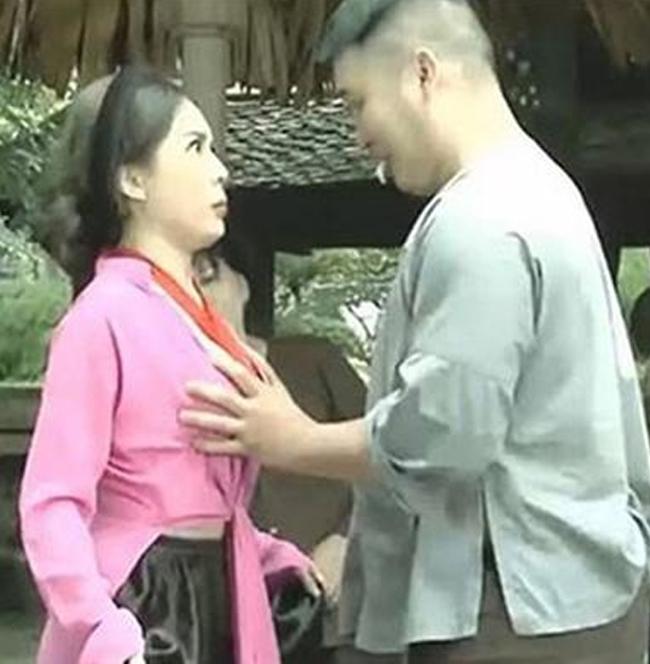 """Trong bộ phim hài Tết """"Trạng Lợn"""", Võ Thanh Hiền vào vai con gái phú ông vô tình bị một thanh niên đụng chạm nơi nhạy cảm Chiếc áo tứ thân cách điệu khoe khéo vòng 1 gợi cảm của nữ diễn viên và tình huống trên đã khiến nhiều khán giả bất bình."""