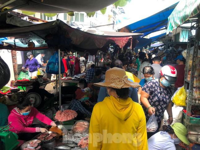 Chợ, siêu thị ở Sài Gòn đông kín người ngày cuối tuần - 1