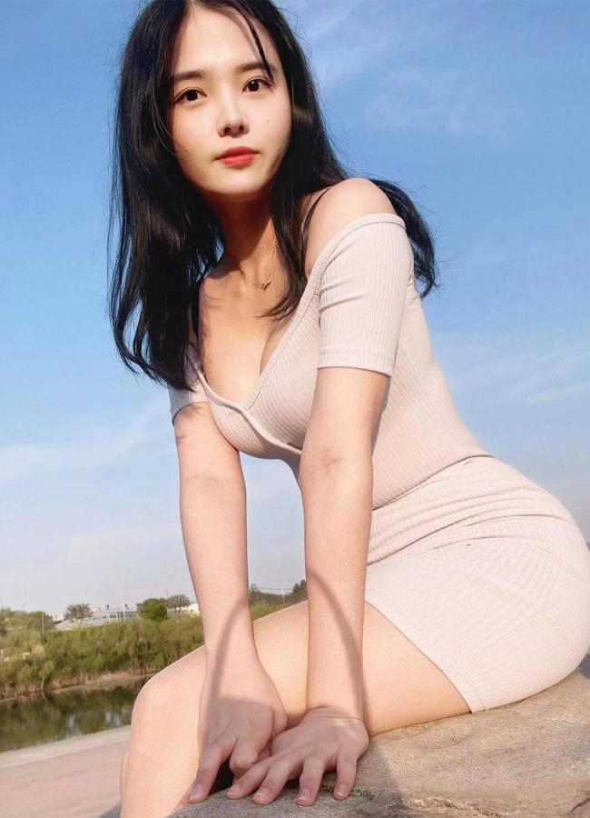 Ở ngoài đời, cô chuộng mốt váy/áo bó sát cơ thể, làm nổi bật đường cong S-line đáng ngưỡng mộ.