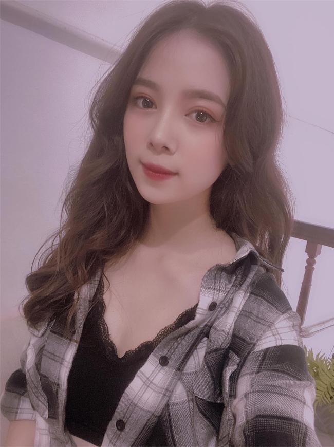 Ngoài đời, Thanh Hiền khá kín tiếng trong cuộc sống cá nhân, không thường xuyên đăng tải hình ảnh của bản thân và gia đình. Cô chăm chỉ làm việc và bán hàng online trên trang cá nhân.