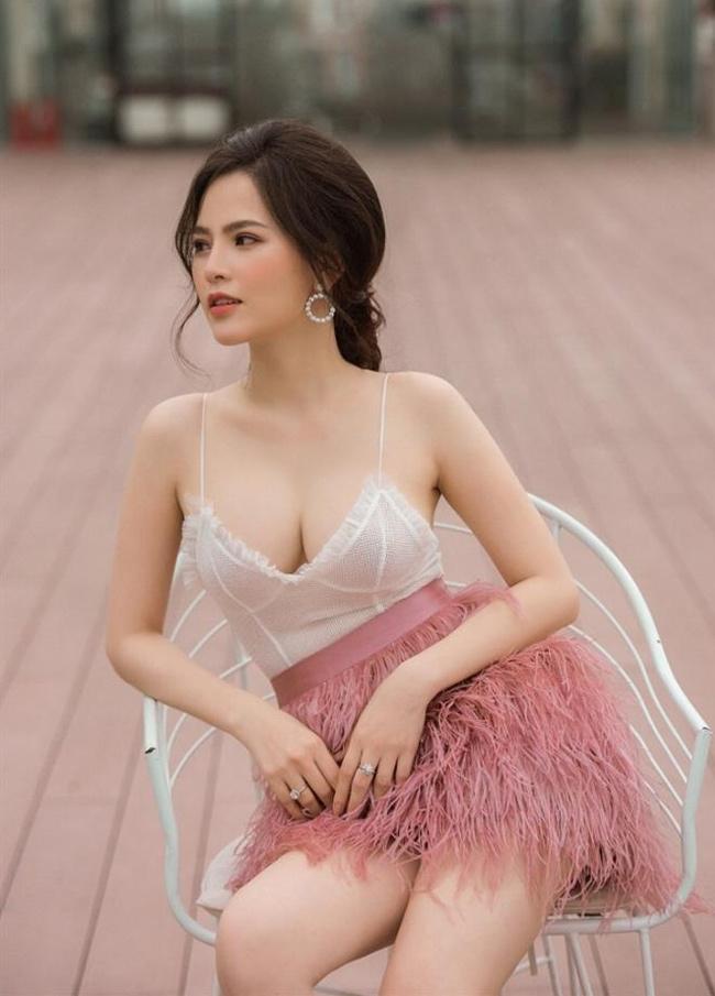 """Tháng 5/2019, Phí Huyền Trang dính phải scandal lộ ảnh nóng, cô gần như """"biến mất"""" khỏi showbiz và khóa trang Facebook cá nhân."""