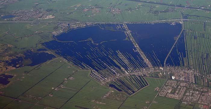 Người dân xây nhà sống trên hồ nước kỳ lạ, khung cảnh từ trên cao khiến ai cũng sửng sốt - 1