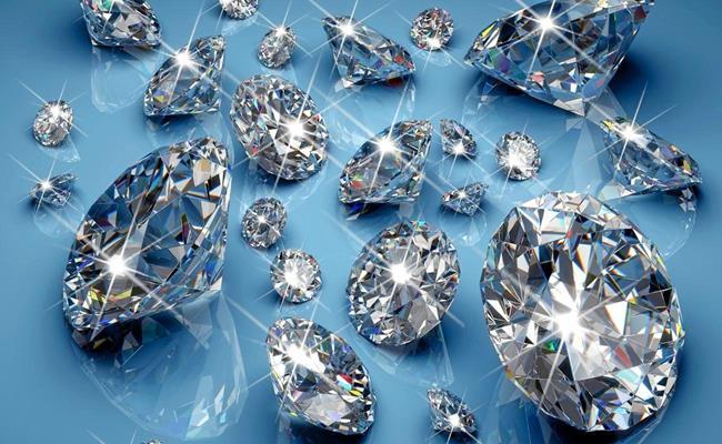 """Kim cương là một """"phụ kiện"""" đẳng cấp không thể thiếu của hội đại gia Việt. Giá bán của những viên kim cương, những món trang sức kim cương cao ngất ngưởng, chỉ 1 viên nhỏ xíu cũng có giá lên đến vài nghìn USD."""