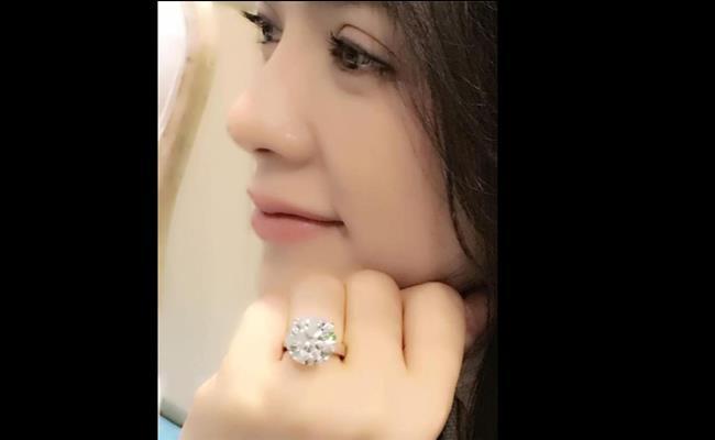 """Lý Nhã Kỳ từng khiến nhiều người choáng váng khi khoe chiếc nhẫn kim cương size """"hạt mít"""" có giá khoảng 5 triệu USD (115 tỷ đồng)."""