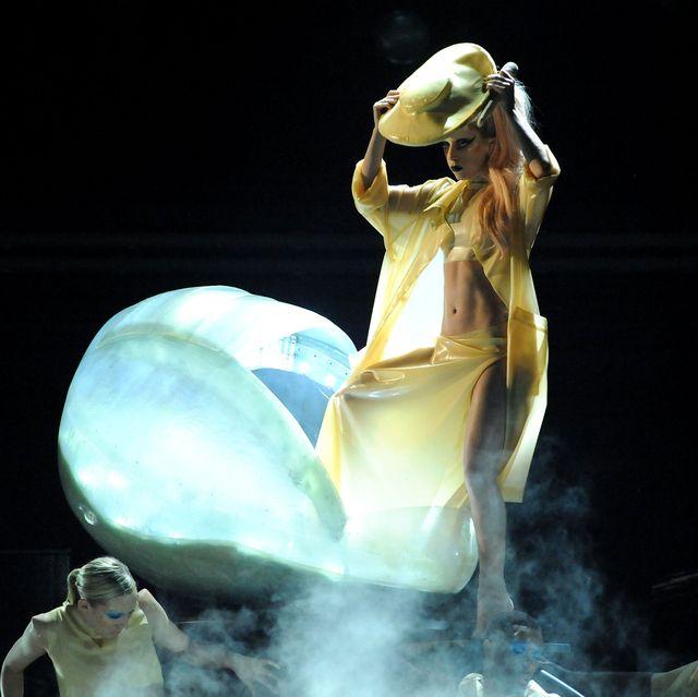 """Khoảnh khắc thời trang ấn tượng nhất trong kỷ nguyên """"Born this way"""" của Lady Gaga - 1"""