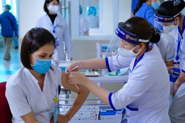 Nóng tuần qua: Ai được ưu tiên tiêm vắc xin Covid-19 trước? - 1