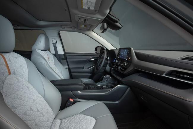 Chưa hết, 2022 Toyota Highlander còn nhận được các cập nhật như các ghế ngồi cho hành khách được chỉnh bằng điện.
