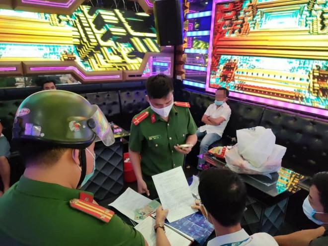 Bất chấp lệnh cấm, 7 nam nữ phê ma túy tập thể trong quán karaoke - 1