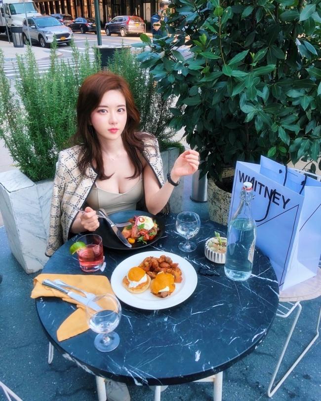 Ngoài ra, cô còn còn được ca ngợi về học thức khi tốt nghiệp khoa Thiết kế truyền thông của Đại học Hongik - 1 trong những trườngtop đầu Hàn Quốc.
