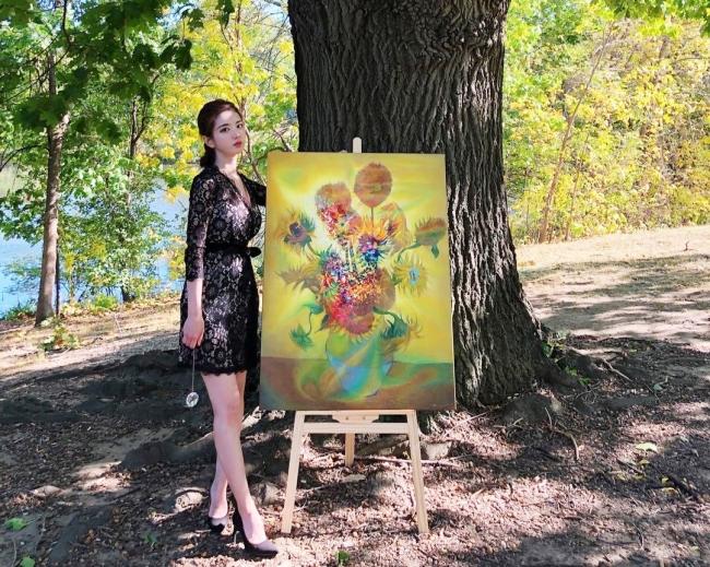 Người đẹp chọn diện chiếc váy ren màu đencheck-in bên tác phẩm hội họa của mình.