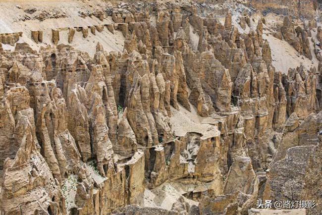 Những cột đất cao chằng chịt dưới hẻm núi này khiến người ta có chút cảm giác sợ hãi khi nhìn vào.