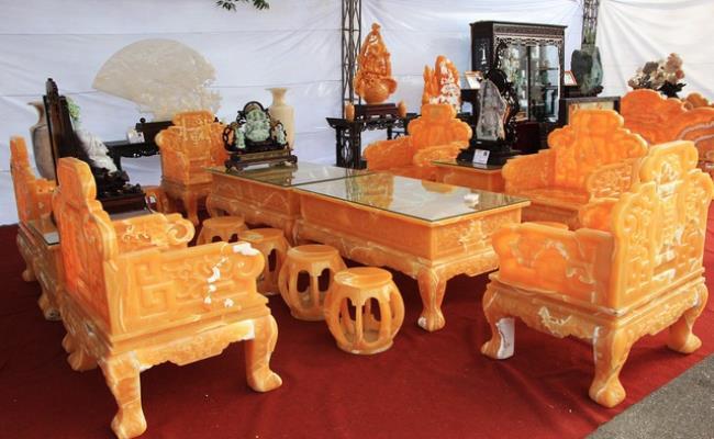 Nghệ nhân Tô Chinh - chủ nhân của siêu phẩm này cho biết, đây là bộ bàn ghế được làm từ 50 tấn ngọc Hoàng Long có xuất xứ từ Trung Mỹ, sau đó nhập về Việt Nam và được các thợ lành nghề nhất chế tác.