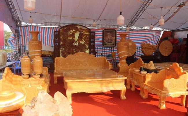 Sản phẩm được làm bằng ngọc Hoàng Long, có xuất xứ tại Myanmar. Nguyên set bao gồm 8 món đồ: một bàn, một ghế to, bốn ghế nhỏ và hai kẹp.