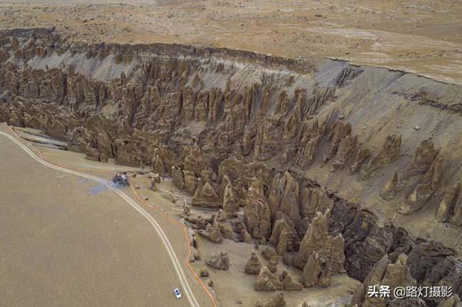 Đứng trên rìa hẻm núi, bạn sẽ thấy mình thật nhỏ bé trước không gian rộng lớn này.