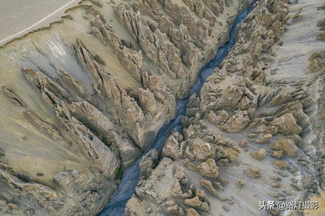 Những cụm địa hình cột đất đá được tạo hình bởi nhiều lớp trầm tích ẩn sâu trong cao nguyên Thanh Hải-Tây Tạng. Nếu không tiếp cận gần, mọi người sẽ khó phát hiện ra.