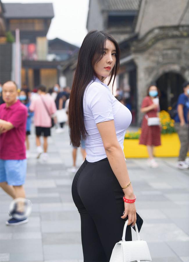 """Liu Tai Yang sinh năm 1995, được mệnh danh là """"Búp bê phòng gym"""" nhờ sở hữu số đo 3 vòng gợi cảm tuyệt đối 103 - 66 - 100(cm)."""