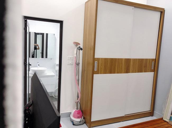 Vì diện tích nhỏ nên phòng ngủ anh Nam không sử dụng giường mà dùng 4 tấm pallet ghép lại và trải đệm gấp lên. Phòng ngủ master thì rộng rãi hơn chút và có phòng wc riêng.