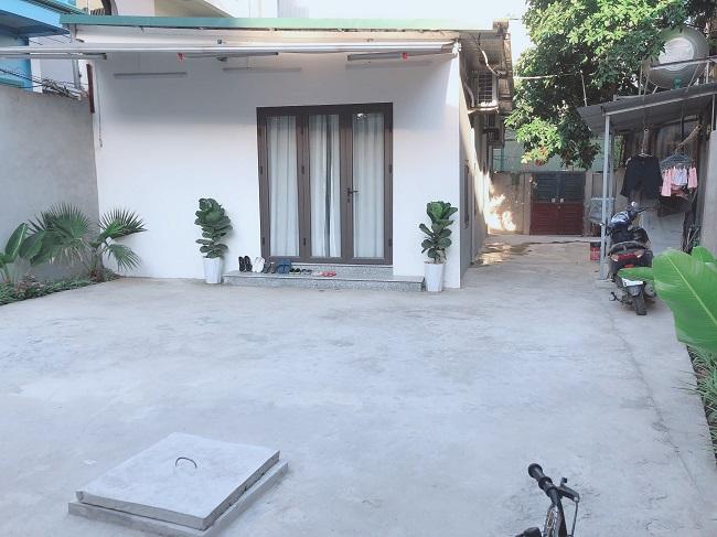 Trước cửa nhà cũng được anh Nam tiến hành cải tạo thành khoảng sân rộng cho các con chơi đùa.