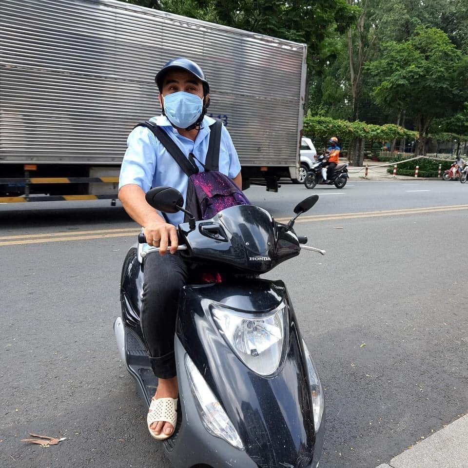 Quyền Linh đi xe máy, đeo ba lô 2,2 tỷ tiền mặt để làm điều khiến fan mừng rỡ - 1