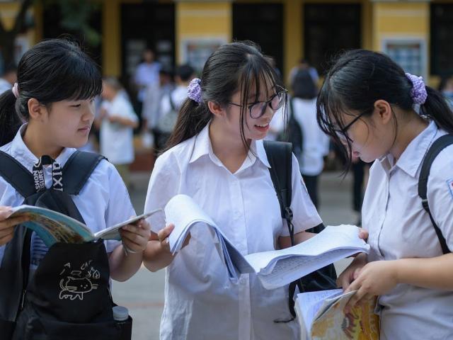 Hà Nội: Thi vào lớp 10 không sử dụng điều hòa, phụ huynh không tập trung ở cổng trường