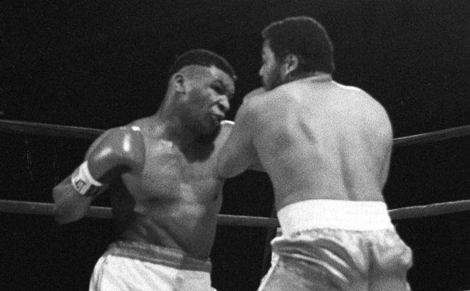 """Mike Tyson đấm đối thủ quỳ xuống xin thua, kinh hoàng """"cú đấm thép"""" - 1"""