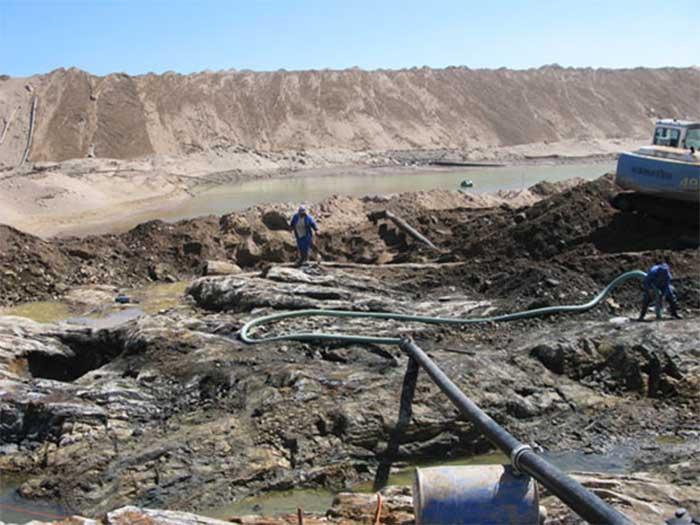 Xác con tàu cổ được tìm thấy trên sa mạc, bên trong chứa đầy vàng - 1