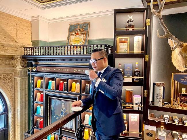 """Ông Dương Chương (Chương Tailor) được biết đến là """"ông trùm thời trang Việt Nam"""" khi sở hữu một thương hiệu veston xa xỉ. Với tư duy của một người làm thời trang, ông mang sự tỉ mỉ và những """"yêu cầu cao cấp"""" áp dụng cho chính không gian sống của mình."""