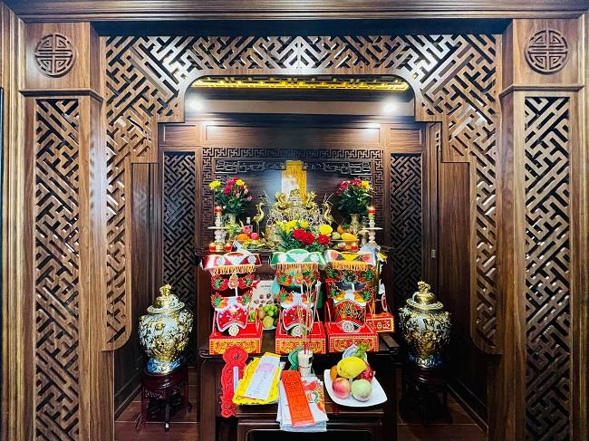 Trong khi đó, phòng thờ lại đậm nét châu Á, tỉ mỉ và gọn gàng.