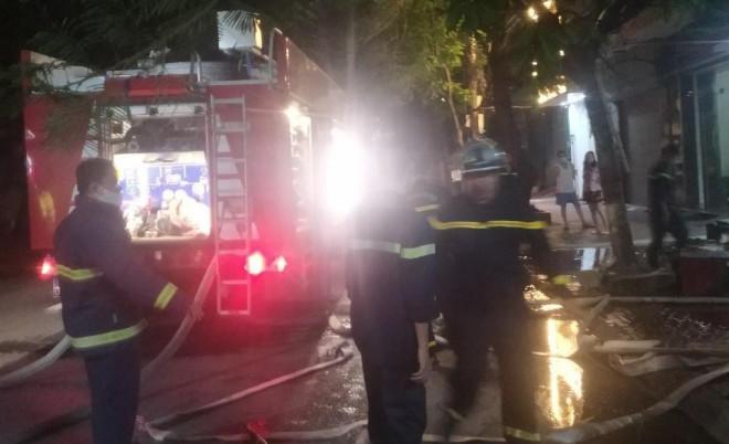3 nạn nhân kêu cứu ở ban công ngôi nhà 4 tầng đang bốc cháy - 1