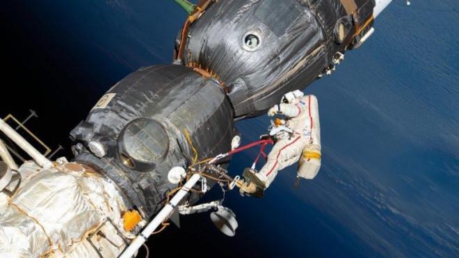 Các nhà du hành vũ trụ Nga đi bộ ngoài không gian hơn 7 giờ - 1