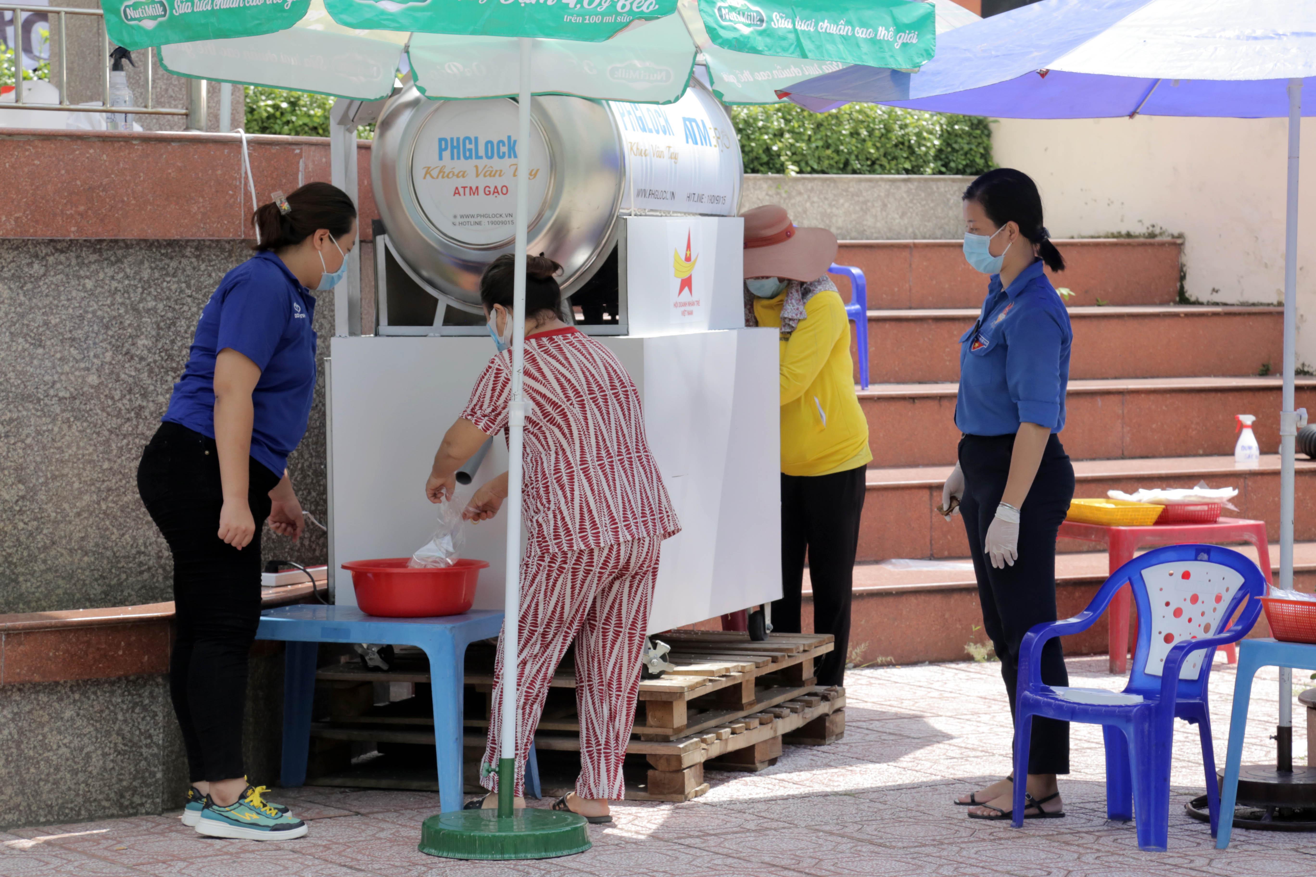 """""""ATM gạo"""" thứ 2 ở Sài Gòn hoạt động trong mùa dịch, bà con khó khăn chỉ cần đến """"máy sẽ tự động nhả gạo"""" - 1"""
