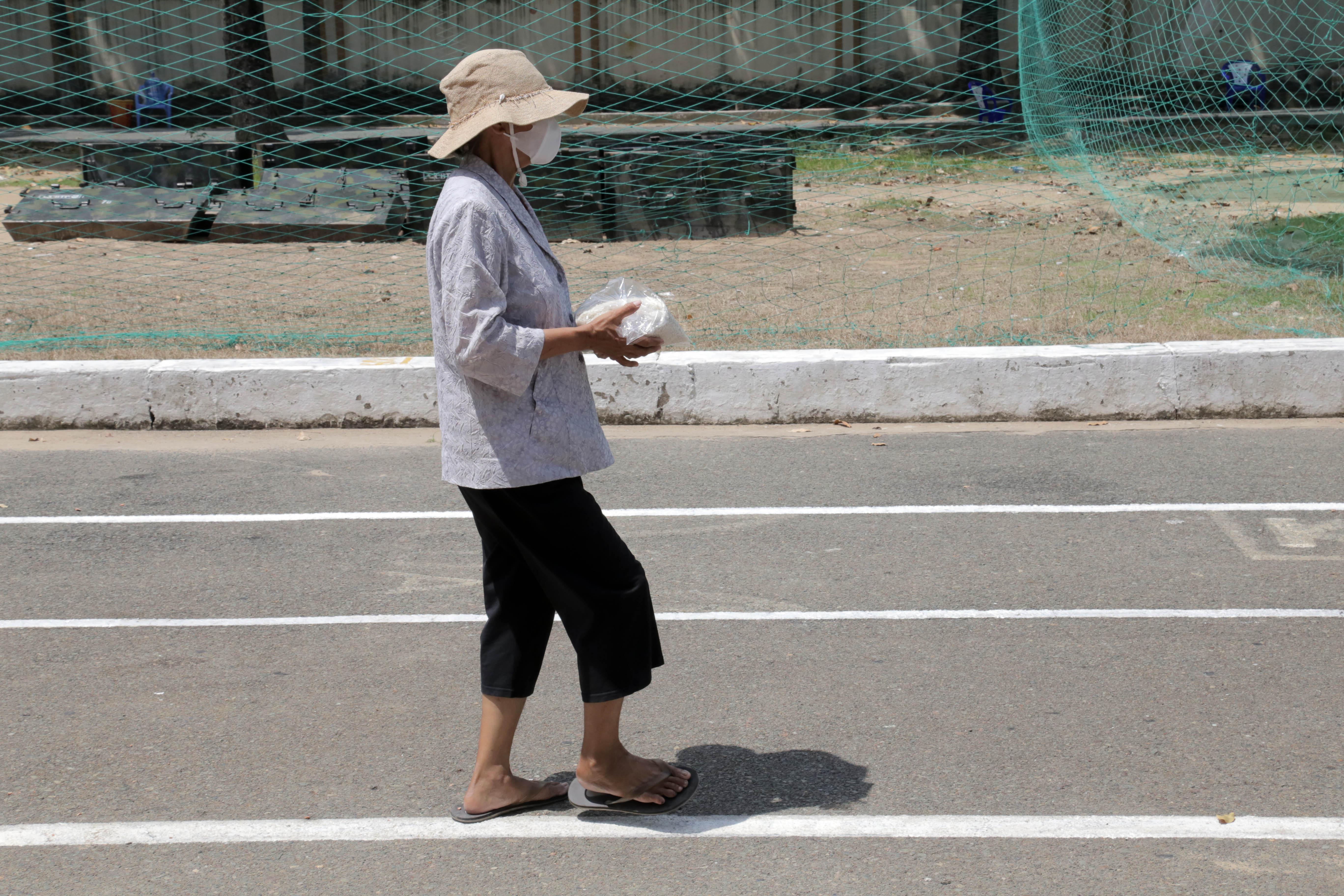 """""""ATM gạo"""" thứ 2 ở Sài Gòn hoạt động trong mùa dịch, bà con khó khăn chỉ cần đến """"máy sẽ tự động nhả gạo"""" - 10"""