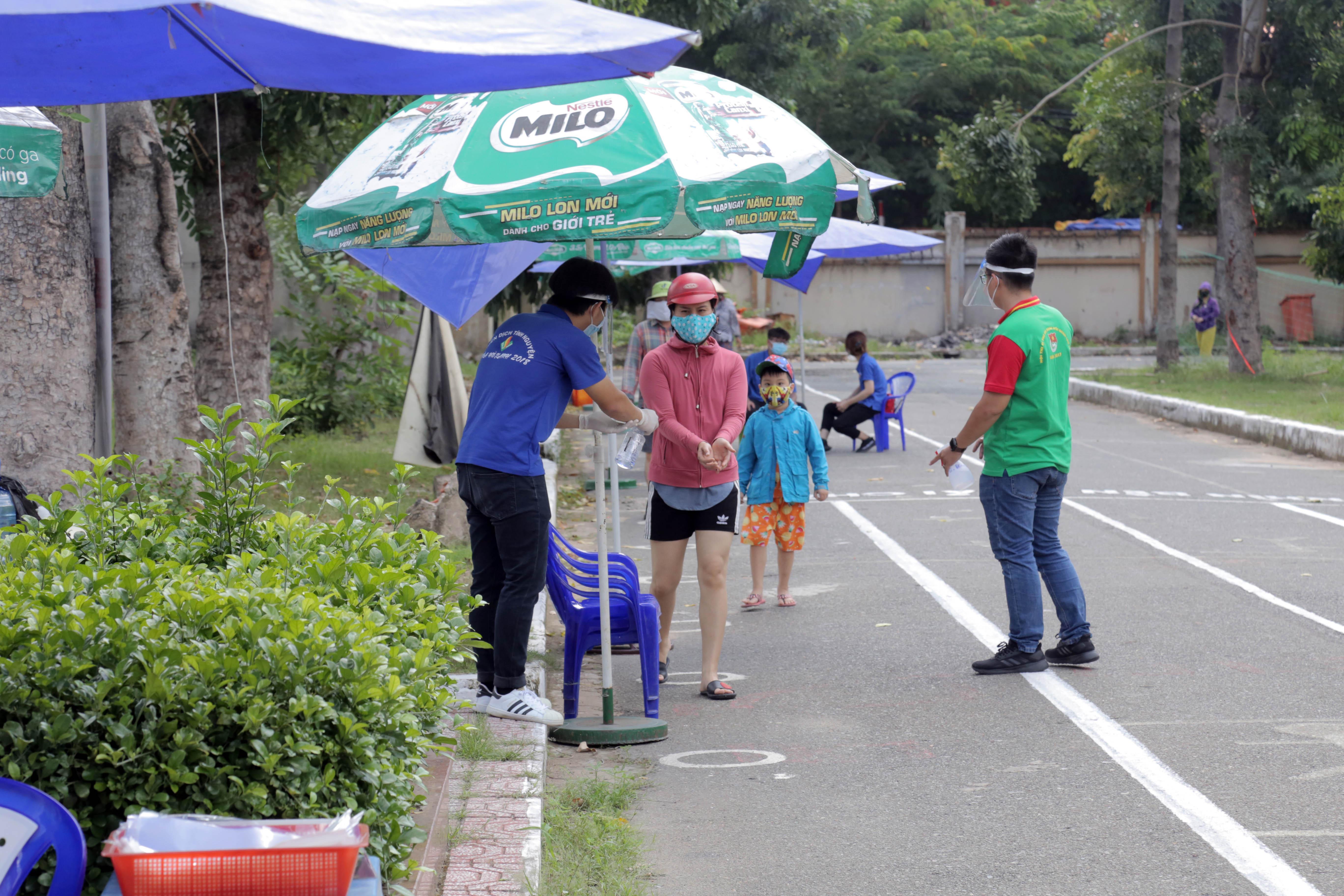 """""""ATM gạo"""" thứ 2 ở Sài Gòn hoạt động trong mùa dịch, bà con khó khăn chỉ cần đến """"máy sẽ tự động nhả gạo"""" - 4"""