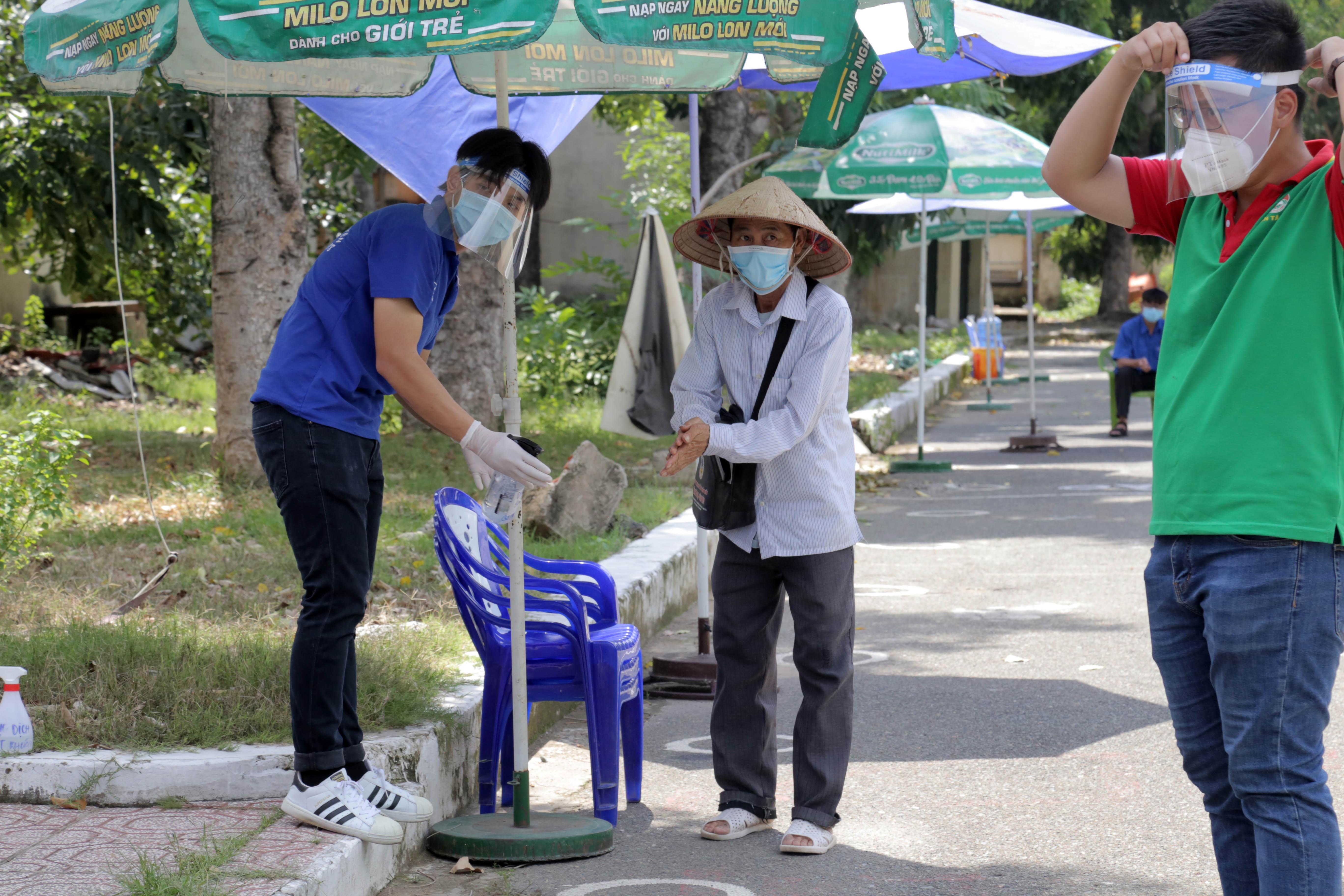 """""""ATM gạo"""" thứ 2 ở Sài Gòn hoạt động trong mùa dịch, bà con khó khăn chỉ cần đến """"máy sẽ tự động nhả gạo"""" - 5"""