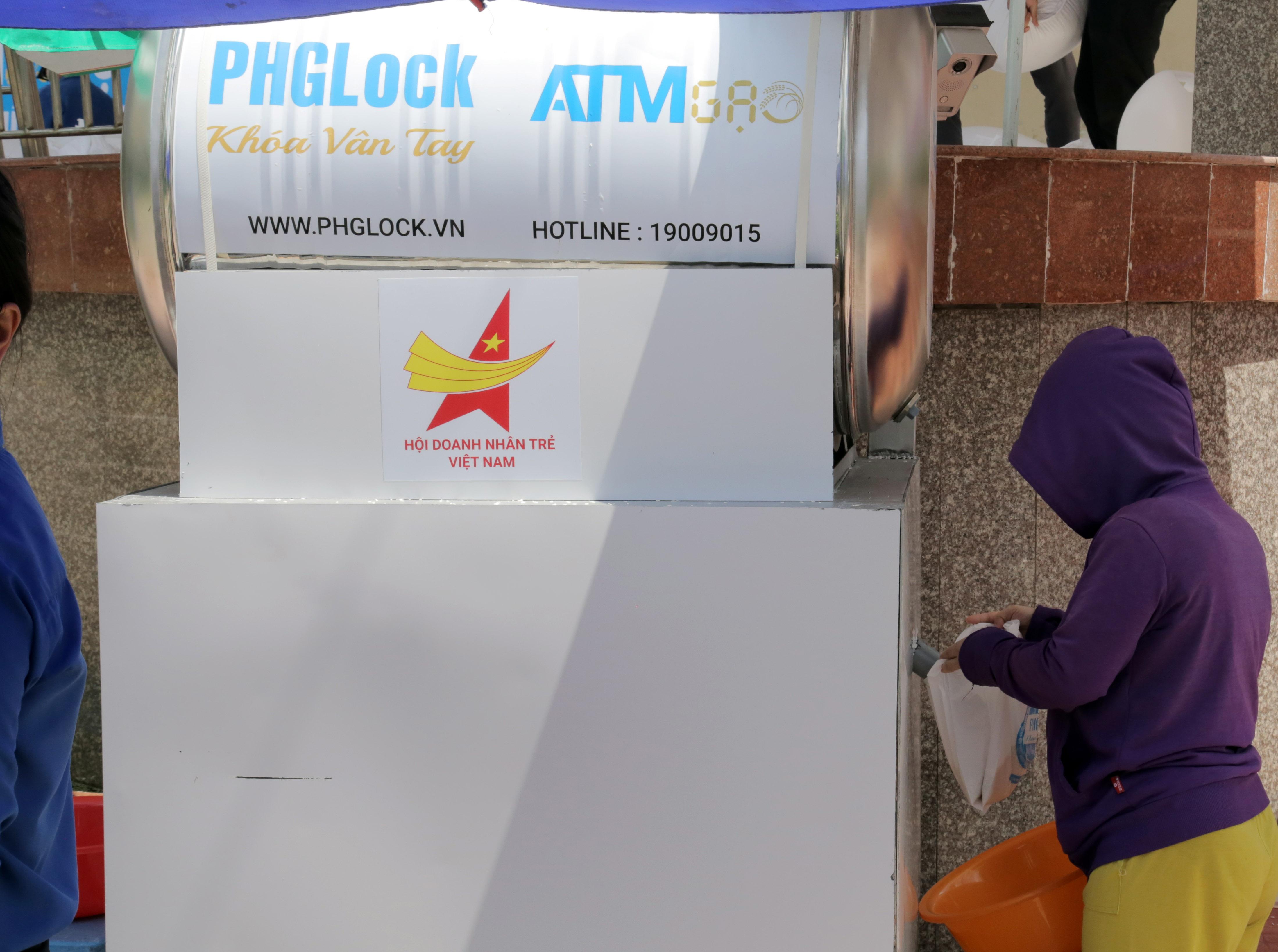 """""""ATM gạo"""" thứ 2 ở Sài Gòn hoạt động trong mùa dịch, bà con khó khăn chỉ cần đến """"máy sẽ tự động nhả gạo"""" - 8"""