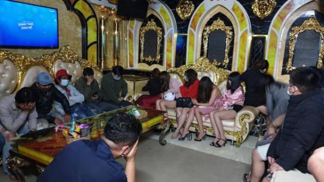 """Hai quán karaoke tại Đà Lạt """"cố thủ"""" cho 46 người hát bất chấp dịch Covid-19 - 1"""
