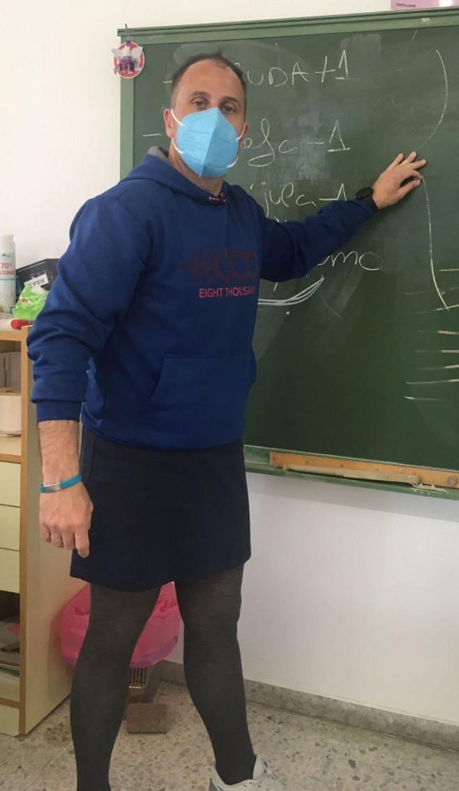Nhiều thầy giáo đồng loạt mặc váy đến trường vì lý do đặc biệt - 1