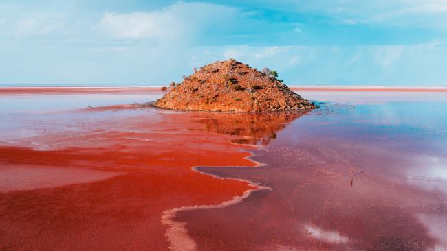 Hồ Ballard, Goldfields - Tây Úc: Hồ Ballard lànơi có màu nước đỏ thẫm như máudo bùn đỏ tạo nên, cùng với rất nhiều các 'tác phẩm điêu khắc' ấn tượng của thiên nhiên, nên mặc dù nằm ở vùng hẻo lánh vẫn rất đông du khách.