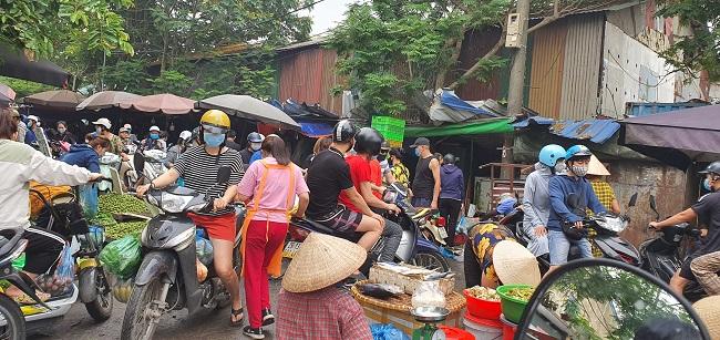 Cầm 500 nghìn mua được thực phẩm ăn cả tuần, người dân đổ xô đi chợ đầu mối - 1