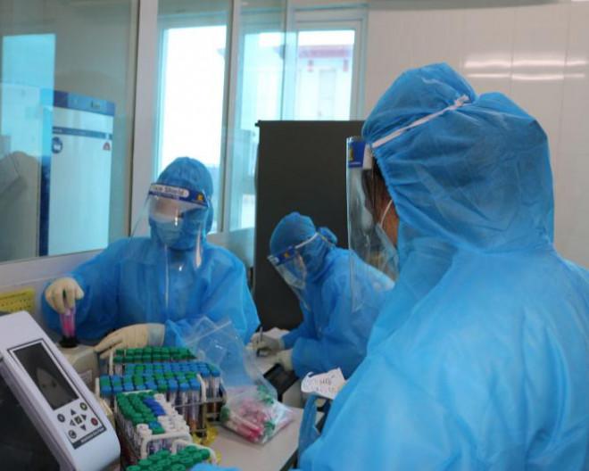 3 mẹ con trong một gia đình cùng dương tính SARS-CoV-2 - 1