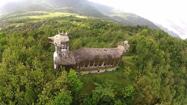 Nhà thờ Con Gà - Indonesia: Công trình kiến trúc đã bị bỏ hoang này được người dân địa phương biết đến với cái tên Geraja Ayam - nghĩa là Nhà thờ Con Gà.