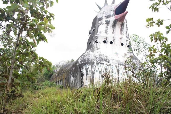 Mỗi năm nhà thờ Con Gà này thu hút hàng trăm khách du lịch và nhiếp ảnh gia tò mò trên các ngọn đồi của Magelang.